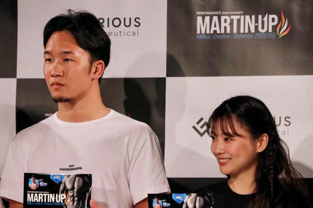 イベントに登壇した朝倉未来選手と重盛さと美さん