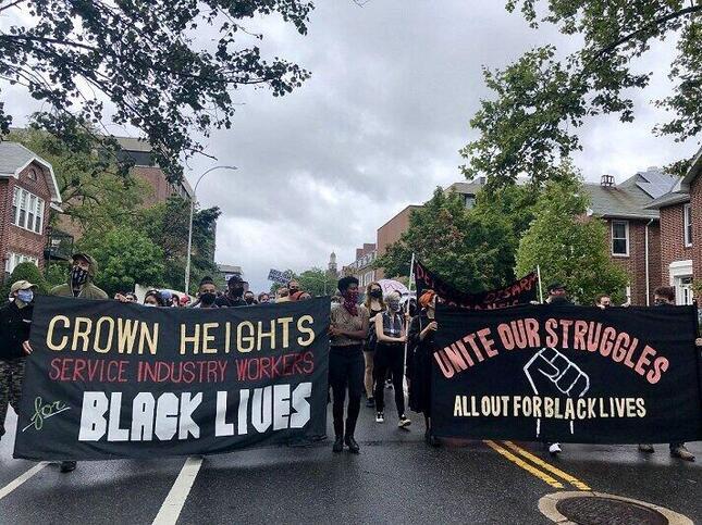ニューヨークの通称ブルックリン・カレッジ前から始まったデモ行進の先頭(2020年8月16日、筆者撮影)