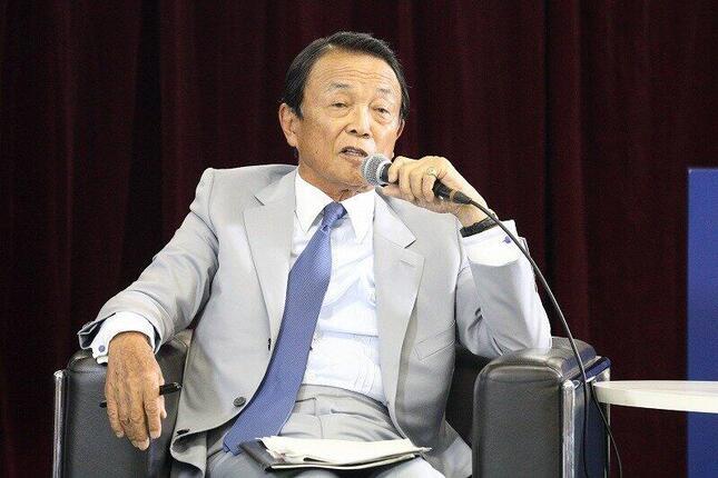 「N高校」の生徒を前に講演する麻生太郎副総理兼財務相。自民党総裁選に関する直接の言及はなかった