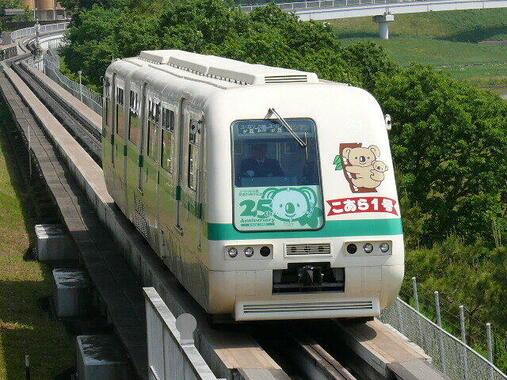 ユニークなユーカリが丘線だが、れっきとした鉄道で山万が整備した街づくりのインフラの一つでもある(Mitts9750さん撮影、Wikimedia Commonsより)