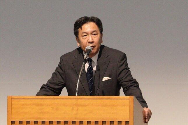 合流新党の代表に選出され、あいさつする枝野幸男氏