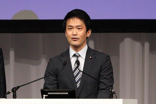 15日、立憲民主党結党大会に登壇した小川氏。前日の発言が物議