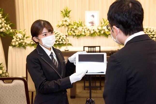 コロナ禍で、葬儀に参列する高齢者の「3密」を避けるため、様々な変化が起こっている(写真は公益社提供)