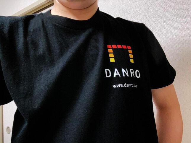「DANRO」Tシャツ(ウェブメディアびっくりセールで購入)を着用する筆者
