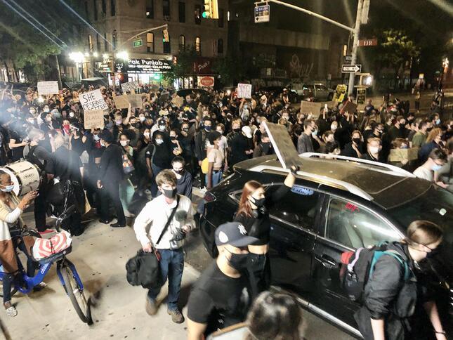 ニューヨークのマンハッタンの車道を占領し、行進するデモ参加者たち(2020年9月、著者撮影)
