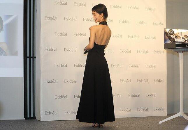 発表会には背中が大きくあいた黒のロングドレスで姿を見せた
