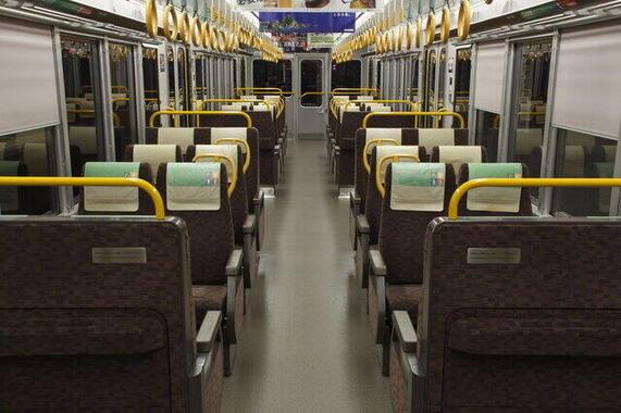 221系以後「3扉・転換クロスシート」の車内が定着した(画像提供:PIXTA)