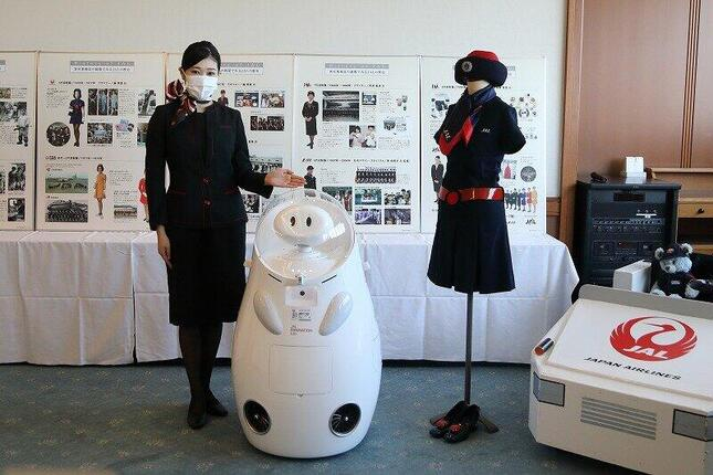 歴代の日本航空(JAL)制服とアバターロボットが来場者を出迎える。展示は10月15日まで