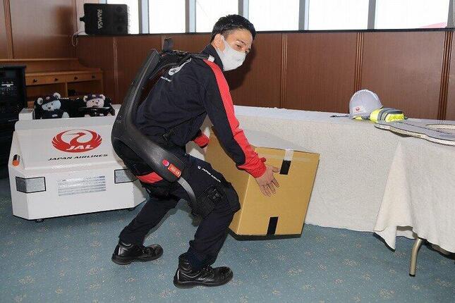 手荷物を載せる時に使うパワースーツの実演も行われている。「SKY MUSEUM」では見られない内容