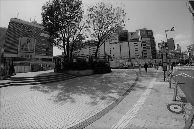 緊急事態発令当時の新宿駅前。人の動きは戻りつつあるが、なおも公共交通には苦しい展開が続く