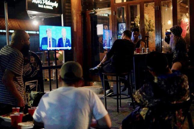 ニューヨークのバーで大統領候補者討論会のテレビ中継を見る客たち(2020年9月、筆者撮影)