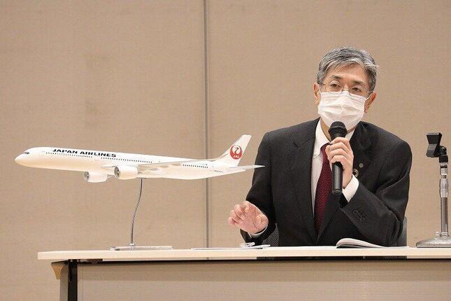 定例会見を開く日本航空(JAL)の赤坂祐二社長