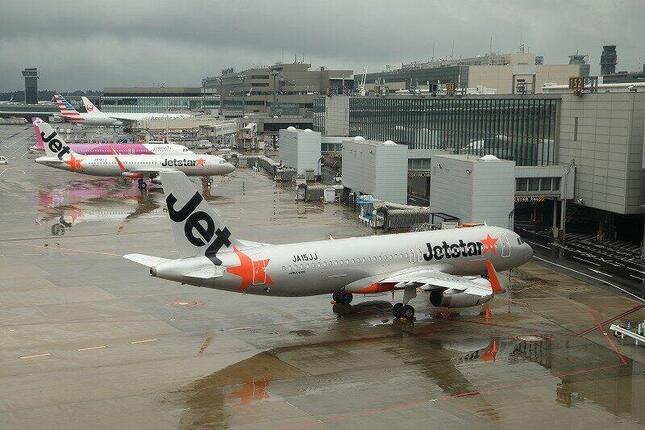 日本航空(JAL)はジェットスター・ジャパン(写真手前)をはじめとするLCCとの関係を強化して観光需要を取り込みたい考えだ