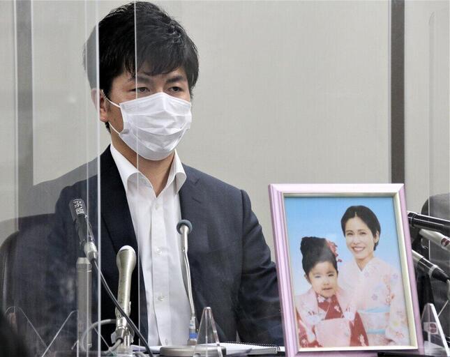 初公判後、真菜さんと莉子ちゃんの遺影とともに記者会見に臨んだ松永さん