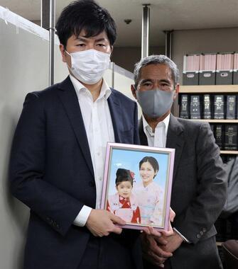 松永拓也さんと、真菜さんの父・上原義教さん