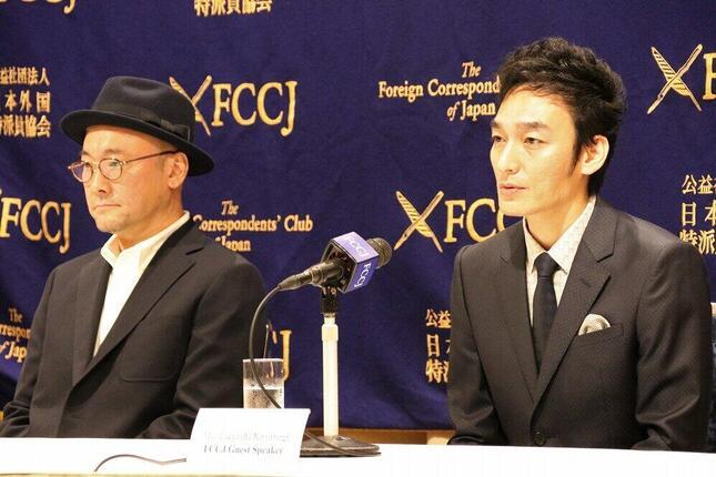 会見で映画について語る草なぎ剛さん(右)と内田英治監督