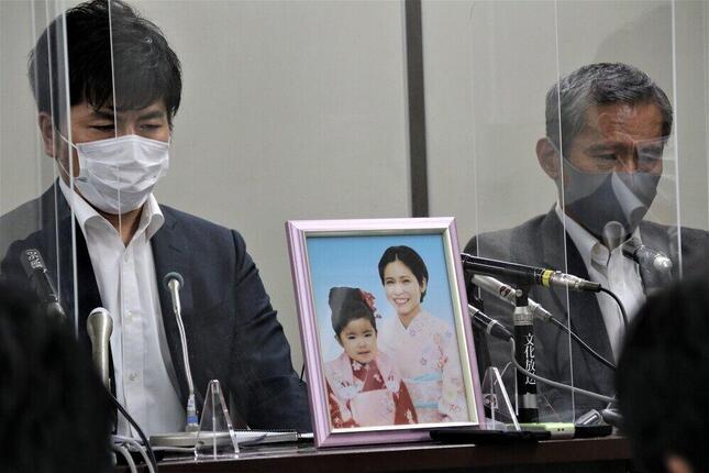 初公判後、松永真菜さん、莉子ちゃんの遺影とともに記者会見した遺族の松永拓也さん(左)と真菜さんの父・上原義教さん