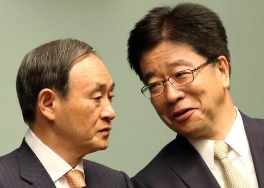 右が加藤勝信氏(2015年)