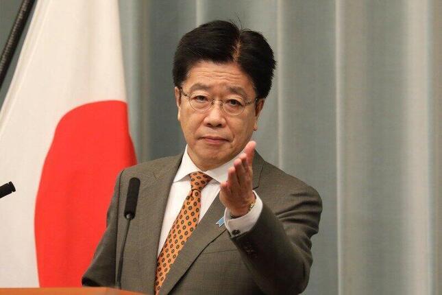 定例会見で記者を指名する加藤勝信官房長官