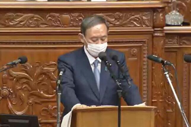 首相就任後初の所信表明演説に臨む菅義偉首相(写真は衆院インターネット審議中継から)