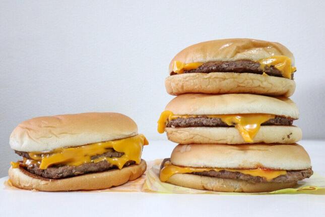 トリチ1個(左)とチーズバーガー3個重ね(右)