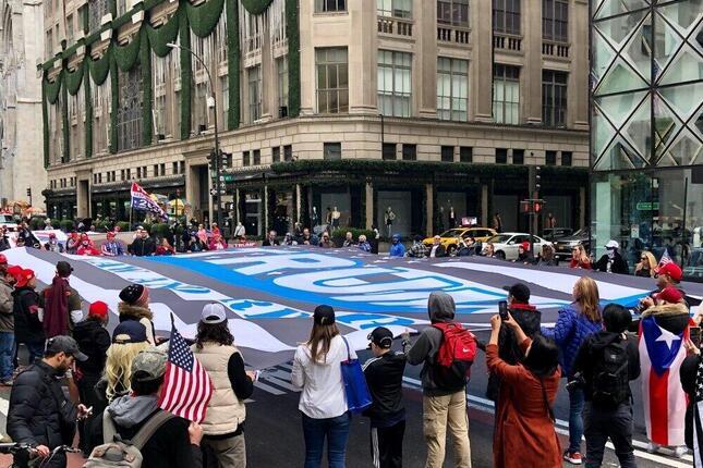 ニューヨークの5番街をトランプ支持の巨大な旗を広げて占拠する人達(2020年10月、筆者撮影)