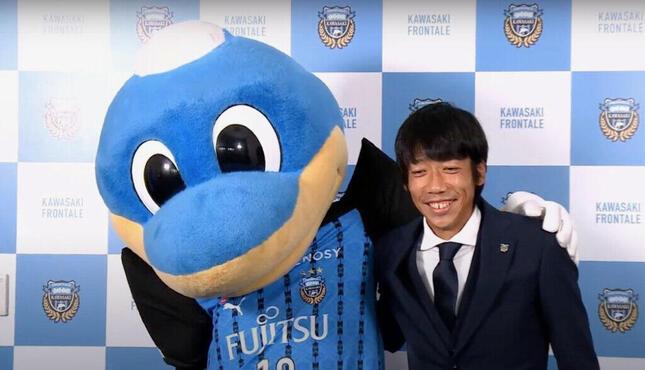 引退会見でクラブのマスコット「ふろん太」と肩を組む中村選手(川崎フロンターレ公式YouTubeチャンネルより)
