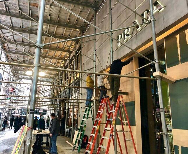 大統領選後の「暴動」に備え、ベニヤ板などで封鎖するニューヨークの高級ブランド店(2020年11月1日、筆者撮影)