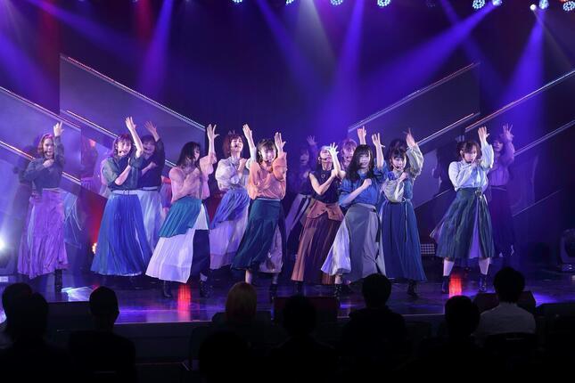 新劇場のこけら落とし公演では、歴代シングル曲13曲をフルコーラスで披露した。写真は20年4月発売の「3−2」(さんひくに)