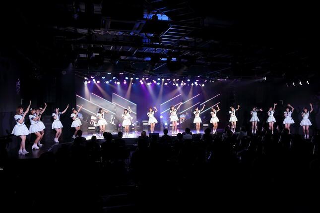 1曲目はデビューシングル「スキ!スキ!スキップ!」(13年発売)。発売時にセンターだった田島芽瑠さんが新劇場で最初にセンターに立った