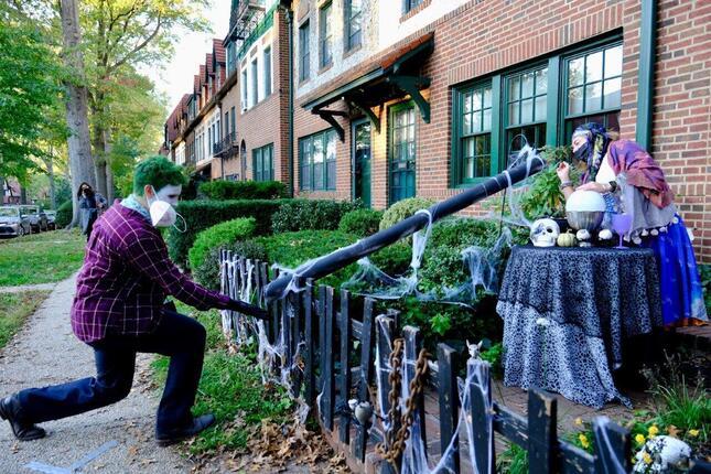 ニューヨーク市クィーンズの高級住宅地に住むバイデン支持者(右)。ハロウィーンにはキャンディを筒に入れて子供(左)にあげていた(2020年10月、筆者撮影)
