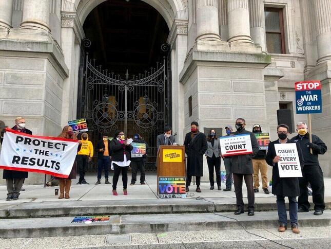 フィラデルフィア市庁舎前で「結果を守れ」と書かれたサインを掲げる人たち(2020年11月、筆者撮影)