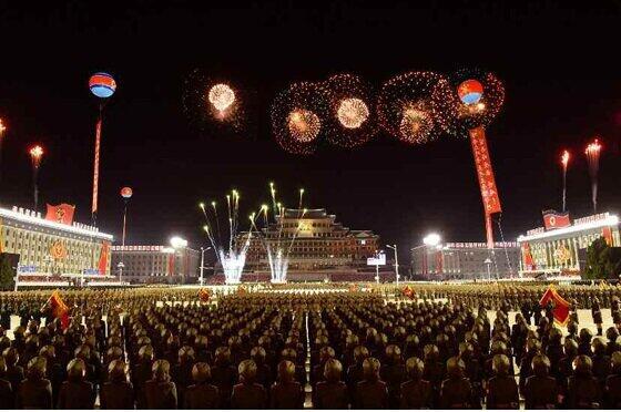 10月10日には、朝鮮労働党創建75周年にともなう大規模な軍事パレードが行われた。兵士らはマスクをせずに行進した(写真は労働新聞から)