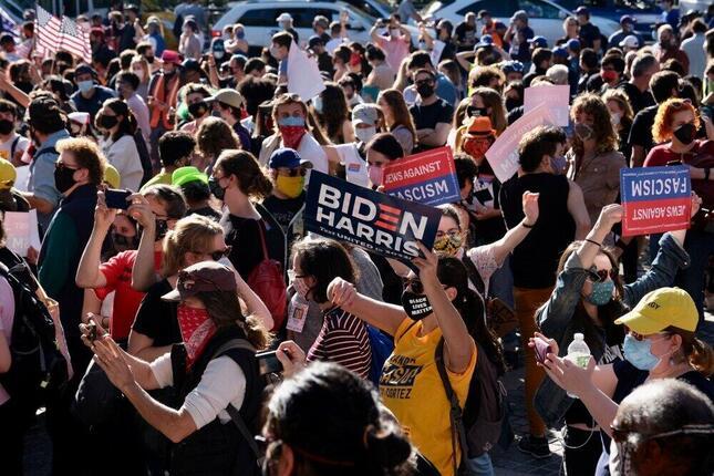 ニューヨークのコロンバス・サークルでバイデン勝利を祝福して集まる人たち(現地時間2020年11月7日、筆者撮影)