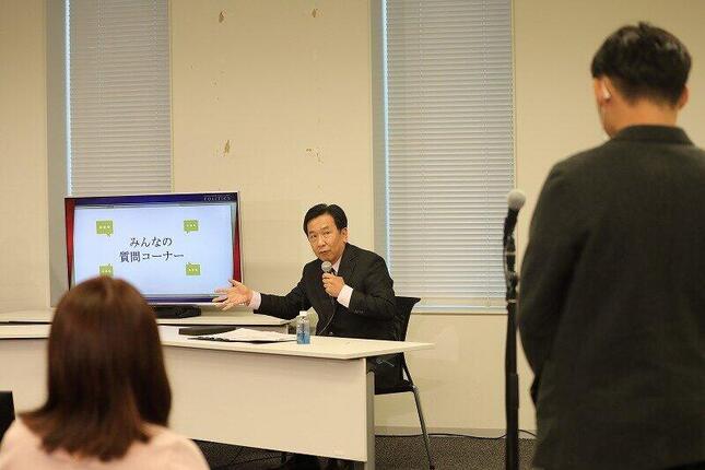 「N高政治部」部員の質問に答える立憲民主党の枝野幸男代表。SNSの活用法について持論を述べた