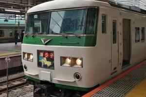 去り行く「185系」とホームライナー 東海道線「特急体系一新」はひとつの時代の区切りに