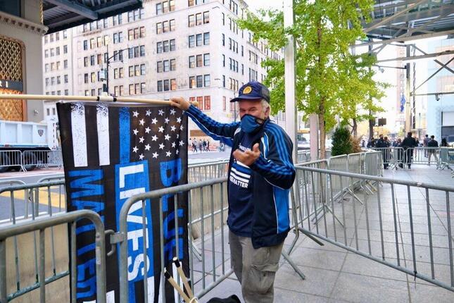 ニューヨーク市(マンハッタン)のトランプタワー前で1人、警察支持の旗を振る男性(2020年11月、筆者撮影)