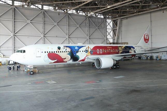 ミッキーマウスの誕生日にあたる11月18日に就航した「JAL DREAM EXPRESS FANTASIA 80」。初便はチャーター便として運航され、その後は定期便としても運航される