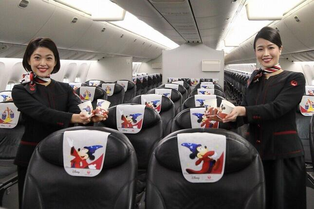 機内は特別デザインのヘッドレストカバ-(3種類)や紙コップ(6種類)で彩られている