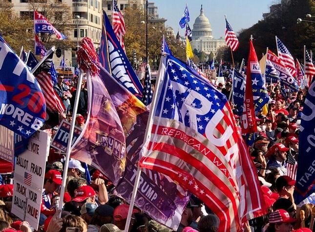 大統領選の不正を訴え、全米から集まったトランプ支持者たち(首都ワシントン、11月筆者撮影)