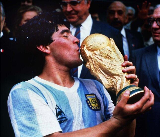 1986年のFIFAワールドカップで優勝した元アルゼンチン代表のディエゴ・マラドーナ氏(写真:Colorsport/アフロ)
