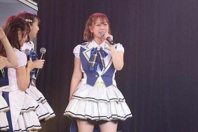 ステージで突然大粒の涙を流した村重杏奈さん。「人数は減っちゃったけど、みんなのこと、ずっとずっと大好き!」と声を絞り出した