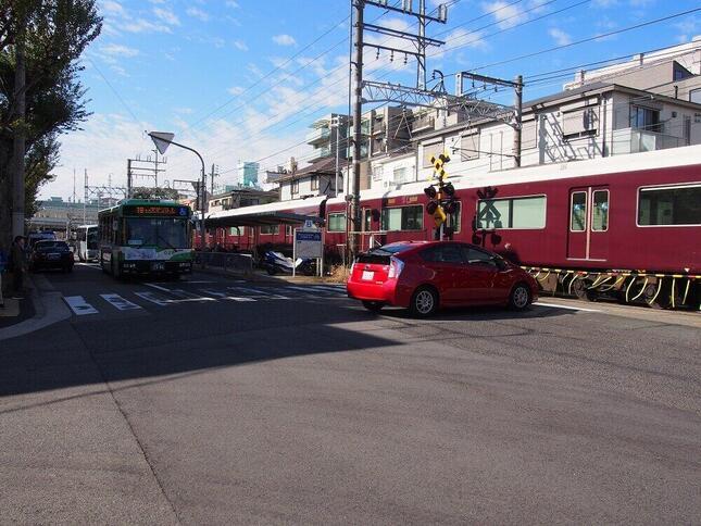 阪急神戸本線と並行して2車線の道路がある。