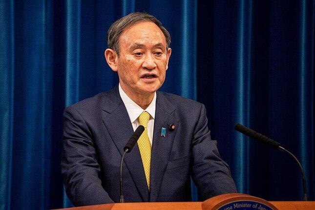 記者会見する菅義偉首相。国内で「ぶら下がり」ではない記者会見を開くのは2か月半ぶり2回目だ
