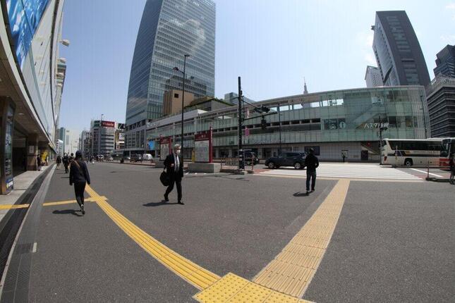緊急事態宣言発令直後の新宿。乗客が去った駅前は閑散としていた(4月8日撮影)