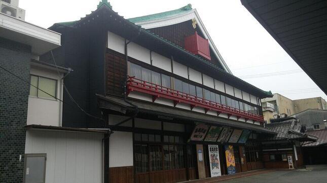 古い芝居小屋のスタイルをとどめる嘉穂劇場
