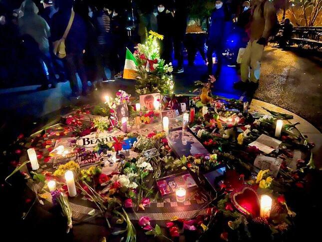ニューヨークのセントラルパークのストロベリー・フィールズには多くの人々が集まり、ジョン・レノンを偲んで花束が捧げられ、ローソクが灯された(2020年12月8日、筆者撮影)