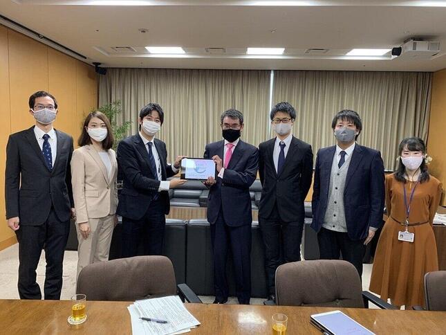 河野太郎行政改革担当相に提言した「若手が考えるミライの霞が関プロジェクト」のメンバー
