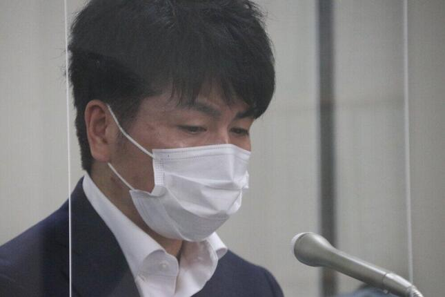 記者会見する松永拓也さん。涙ぐむ場面も