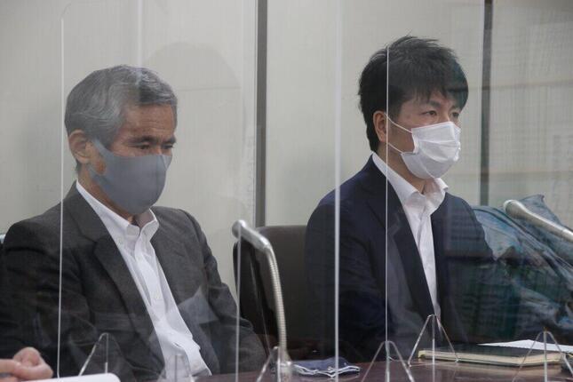 記者会見する松永拓也さん(右)と、真菜さんの父・上原義教さん